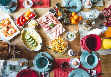 gedeckter Frühstückstisch in der Kuschelhütte
