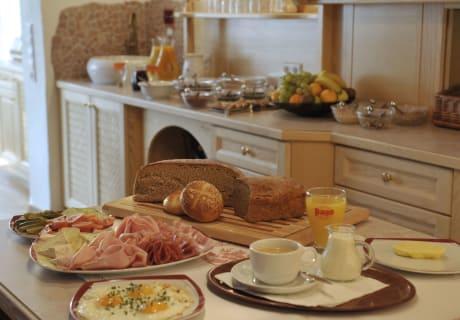 Frühstücksbuffet mit Produkten aus der eigenen Landwirtschaft