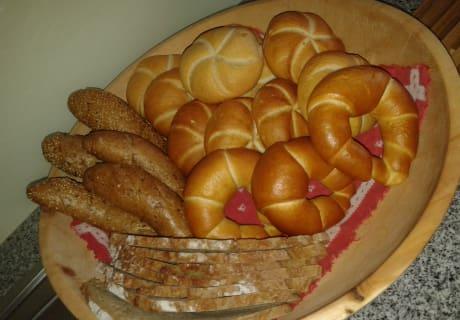 Frischgebackenes Brot, erlesene Auswahl an Gebäck