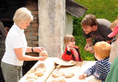 beim Brotbacken