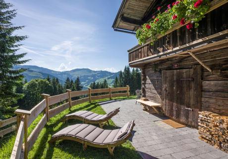 Terrasse vor der Hütte mit gemütlichen Sonnenliegen