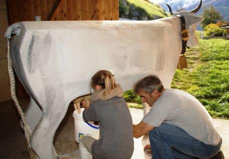 Bei unserer Kuh Lotte wird das Melken geübt