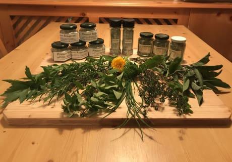 Frische Gartenkräuter und Kräutersalze