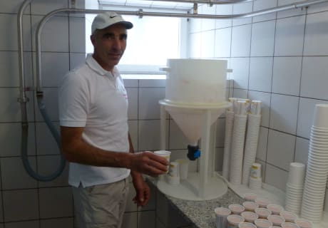 Der Hausherr bei der Joghurtproduktion