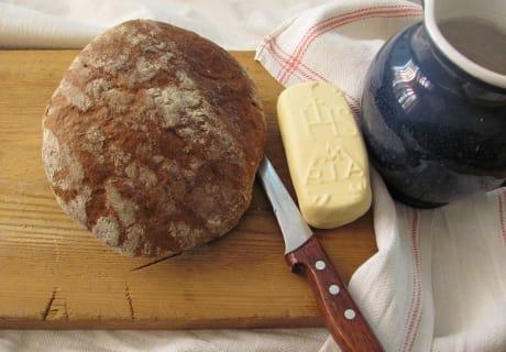 Brot. Butter. Frisches Quellwasser.