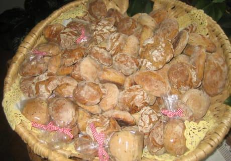 Erntedank - Brot wird von den Bäuerinnen gebacken und verteilt