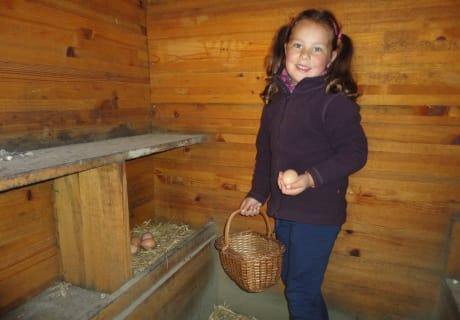 Lilly beim Eier hohlen für's Frühstück