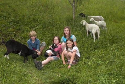 Kinder mit Tiere