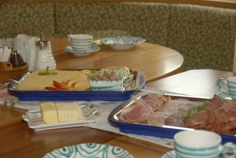 Selbstgemachte Produkte auf dem Frühstückstisch