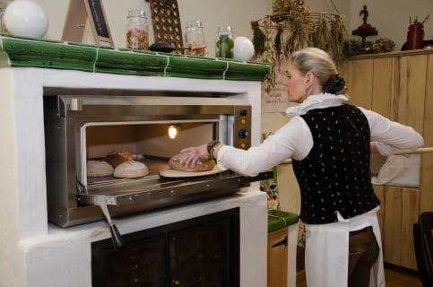 Doris beim Brot backen