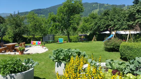 Garten mit Sitzplatz und Kinderspielplatz