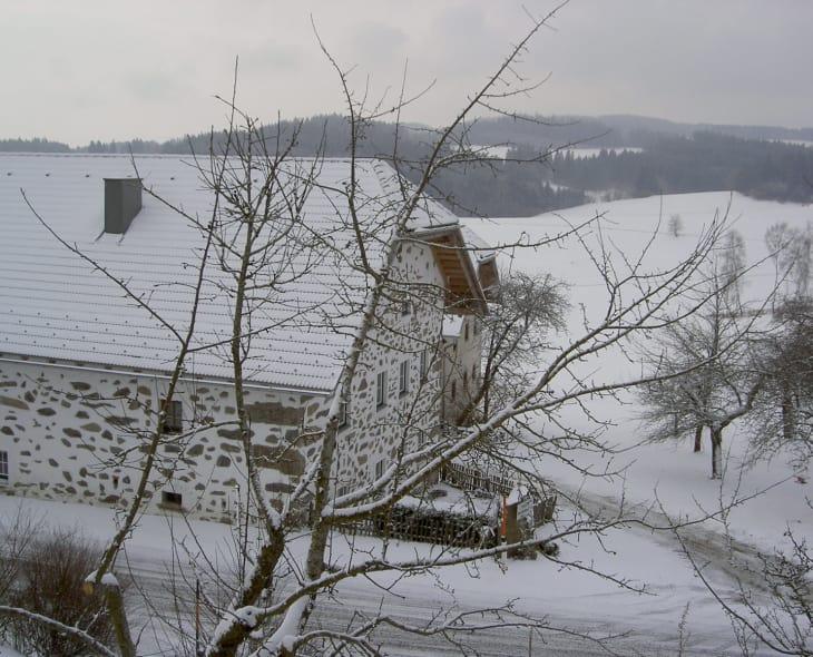 Blick auf den Dreiseithof im Mühlviertler Steinbloßstil