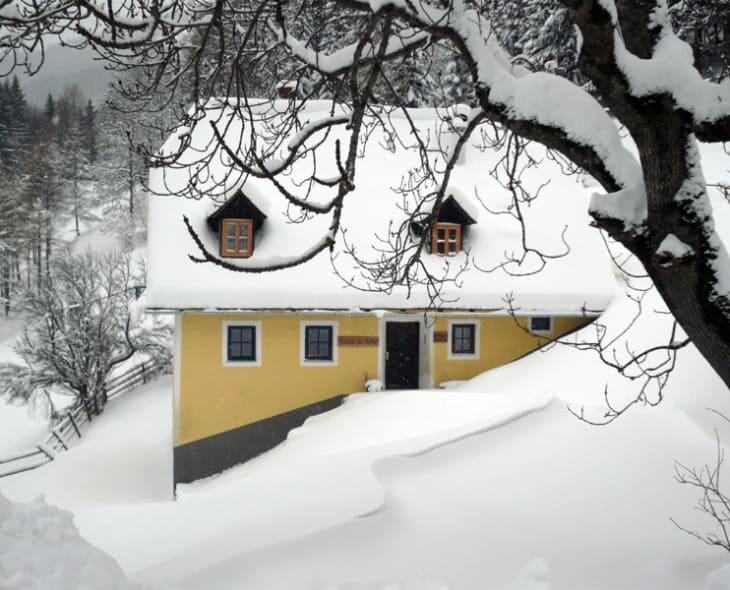 Hütte in winterlicher Landschaft