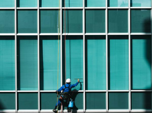 Travailleur de Lavage de vitre en hauteur