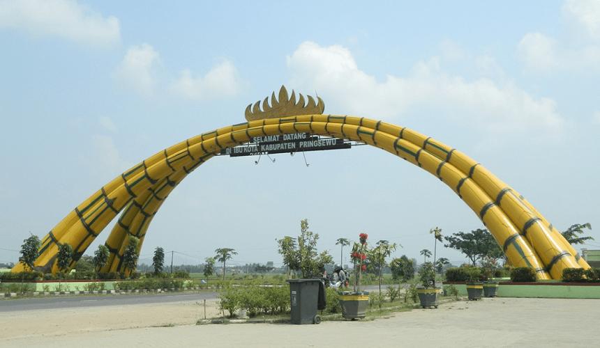 Tugu Bambu Pringsewu Menyapa Pengguna Jalan Lintas Barat Sumatera