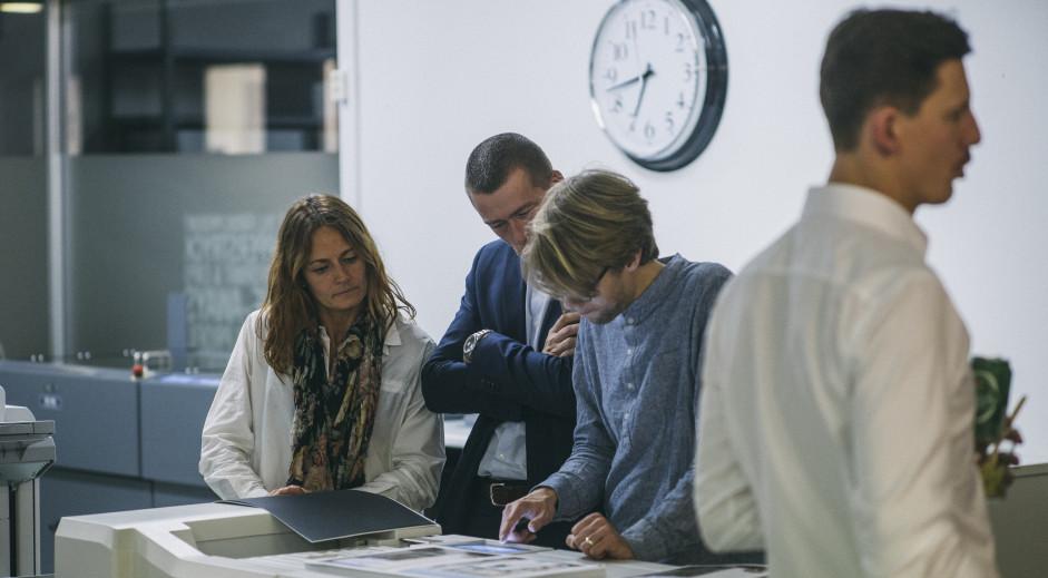 Ink n Art team arbetar tillsammans vid ett skrivbord