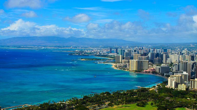 Le mot hawaïen Honolulu signifie « baie abritée ». Seul port naturel de l'archipel, il a été créé par le torrent de Nu'uanu à son embouchure. Leurs grands canoës ayant un faible tirant d'eau, les insulaires n'en avaient guère l'usage. Peu peuplés, les environs, auxquels les nobles hawaïens préféraient Waikiki, plus verte, face aux vagues, abritaient seulement un temple dédié à Lono.  En deux siècles, Honolulu est passée du statut de lande désertique à celui de métropole. Les huttes ont laissé le champ aux gratte-ciel. Aujourd'hui, l'agglomération compte plus de 400 000 habitants et s'étend sur 40 km d'ouest en est. L'alter ego touristique d'Honolulu, Waikiki, ancre ses plages et ses hôtels à quelques kilomètres seulement vers l'est. Au XIXe siècle déjà, les nobles hawaïens y entretenaient des résidences baignées par la poésie des vagues, sur lesquelles ils surfaient lorsque les choses de ce monde les lassaient.  Le centre-ville d'Honolulu se divise en trois secteurs : le quartier des affaires, le quartier historique et le front de mer. La ville compte de nombreux autres quartiers, comme Kalihi-Palama, Moiliilir et Kahala, en plus des secteurs situés sur les hauteurs dont les deux principaux sont Makiki et la vallée de Manoa.