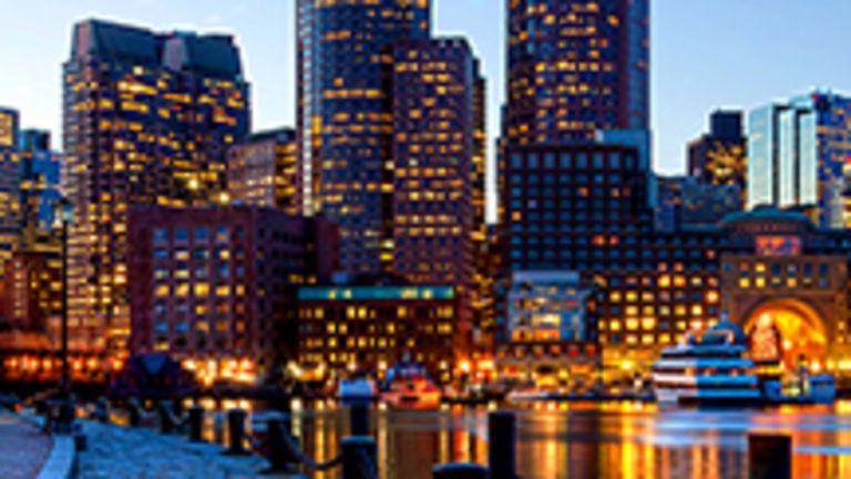 Cumulant les titres de capitale de l'État du Massachusetts, de métropole économique de la Nouvelle-Angleterre et de centre intellectuel des États-Unis, Boston affiche fièrement sa personnalité unique, issue d'un croisement entre la Londres georgienne, sobre et réservée, et l'Amérique de Kennedy, avant-gardiste et prospère. De la première, elle a hérité son look européen, son plan radioconcentrique et ses nombreux quartiers à l'échelle humaine. Quant à la seconde, elle lui a inspiré l'audace de son architecture et, surtout, la tranquille assurance de ses citadins.  Boston, « berceau des idées en Amérique », « Athènes de l'Amérique », a vu sa prospérité grandir au gré de ses surnoms flatteurs, et elle peut avec raison s'enorgueillir de ses repères culturels et de ses grandes institutions d'enseignement que sont le Massachusetts Institute of Technology (MIT) et la Harvard University. Boston porte en ses murs près de 400 ans d'une histoire bien palpable qui se dévoile au gré des rencontres architecturales et culturelles. À travers ses rues étroites et sinueuses, bordées de maisons patriciennes des XVIIIe et XIXe siècles, le visiteur découvre avec délice une ville au passé riche et complexe dont l'atmosphère oscille aujourd'hui entre la bohème étudiante, le multiculturalisme et la vieille bourgeoisie anglo-saxonne.