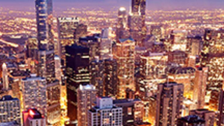 Typiquement américaine de par sa composition humaine, un spectaculaire melting pot où tous ont influencé le devenir de la mégalopole, Chicago l'est aussi par sa folie des grandeurs, sa démesure. Cette ville à l'histoire fascinante, on la découvre déjà un peu grâce à ses nombreux surnoms. Chicago, c'est la Windy City, ville caressée par le vent venant du lac Michigan, auquel on voue ici un véritable culte. Chicago, c'est la City of Big Shoulders, ville laborieuse « aux larges épaules » des travailleurs des aciéries et des parcs à bestiaux de jadis. Chicago, c'est The Second City, ou la fierté d'avoir érigé une « seconde ville » après la destruction de la première lors du Grand Incendie de 1871.  Aujourd'hui, ses imposants gratte-ciel célèbrent l'architecture moderne, ses œuvres d'art public signées par de grands maîtres illuminent ses rues, ses musées renferment des trésors extraordinaires, ses quartiers ethniques grouillent de vie… Et ce n'est pas tout : chics boutiques, bourdonnante vie nocturne, majestueux parcs aux abords du lac, campus universitaires innombrables, sympathiques équipes sportives et demeures élégantes de ses beaux quartiers figurent aussi sur la longue liste des atouts de la Ville des Vents. Voilà Chicago!