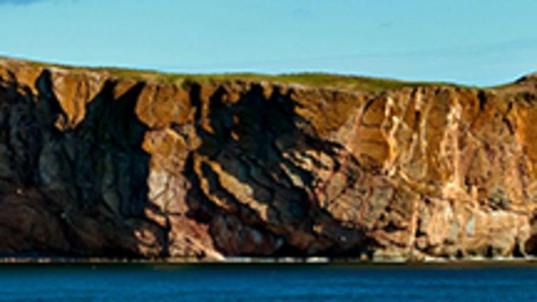 Terre mythique à l'extrémité est du Québec, la Gaspésie fait partie des rêves de ceux qui caressent le projet d'en faire enfin le «tour». La Gaspésie offre en effet l'un des parcours les plus intéressants du Québec, car il fait une boucle: vous n'aurez jamais à revenir sur vos pas! Le plus haut sommet du Québec méridional, le mont Jacques-Cartier, se trouve dans cette partie de la chaîne des Appalaches que l'on nomme les «monts Chic-Chocs». Gaspé, mot d'origine amérindienne, est «le bout du monde» pour les Micmacs qui habitent ces terres depuis des millénaires.  Malgré son isolement, la péninsule a su attirer au cours des siècles des pêcheurs de maintes origines, que ce soit anglaise, écossaise, acadienne ou jersiaise. On y trouve maintenant une population à forte majorité de langue française. On se rend en Haute-Gaspésie et sur la Pointe d'abord pour ses paysages rudes et montagneux ainsi que pour le golfe du Saint-Laurent, qui vaut bien l'océan tant il est vaste. Un chapelet de villages de pêcheurs s'égrène sur la côte, laissant l'intérieur pratiquement dans le même état qu'il était au moment de la découverte du Canada par Jacques Cartier, sans villes ni routes.
