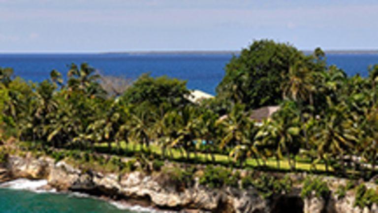 La variété et la spectaculaire beauté des paysages constituent certes l'une des grandes richesses de la République dominicaine. Mais ce n'est pas la seule, car on visite également le pays pour les nombreux vestiges de son passé colonial, pour la gentillesse et le sens de l'hospitalité des Dominicains ou pour le singulier dynamisme de sa culture antillaise.  Blottie entre des plages de sable fin et des champs de canne à sucre sur la côte caraïbe de la République dominicaine, la ville de La Romana se présente comme un paradis ensoleillé du sud-est de l'île d'Haïti. Petit village de pêcheurs devenu en quelques années l'une des destinations soleil parmi les plus populaires des Antilles, La Romana a tout pour elle: un aéroport international, les eaux chaudes de la mer des Caraïbes, des terrains de golf magnifiques, la nature du Parque Nacional del Este à deux pas, l'Isla Catalina avec ses récifs de corail et ses bancs de poissons multicolores, des restaurants de bon goût et des hôtels tout confort…