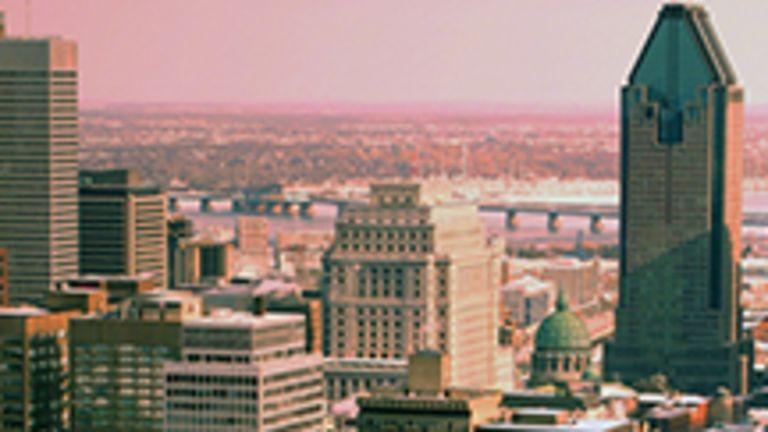 Ville exceptionnelle, latine, nordique et cosmopolite, Montréal est avant tout la métropole du Québec et la seconde ville francophone du monde après Paris, par sa population de langue maternelle française. Ceux qui la visitent l'apprécient d'ailleurs pour des raisons souvent fort diverses, si bien que, tout en parvenant à étonner les voyageurs d'outre-Atlantique par son caractère anarchique et sa nonchalance, Montréal réussit à charmer les touristes américains par son cachet européen.  Bien que son patrimoine architectural soit riche, on l'aime sans doute d'abord et avant tout pour son atmosphère unique et attachante. Aussi, lorsque vient le temps d'y célébrer le jazz, le cinéma, l'humour, la chanson ou la fête nationale des Québécois, c'est par centaines de milliers qu'on envahit ses rues pour faire de ces événements de chaleureuses manifestations populaires.  Derrière les airs de cité nord-américaine que projette sa haute silhouette de verre et de béton, Montréal cache bien mal le fait qu'elle est d'abord une ville de quartiers qui possèdent leur propre caractère, façonnés au fil des années par l'arrivée d'une population aux origines diverses. Fuyante et mystérieuse, la magie qu'opère Montréal n'en demeure pas moins véritable. Et elle se vit avec passion au jour le jour ou à l'occasion d'une simple visite.