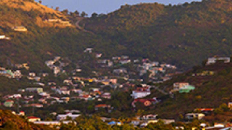 Véritable petite France au cœur des Antilles, Saint-Martin profite de délicieux restaurants, de terrasses ombragées où il fait bon prendre le temps de vivre, et de quelques boutiques comme on pourrait en retrouver à Paris. Cette terre a aussi tous les atouts des Antilles, avec ses côtes ponctuées de longs croissants de sable fin, balayés par les alizés, et avec ses beaux jardins verdoyants où poussent une multitude de plantes fleuries. La partie française de l'île de Saint-Martin compte quelque 55 km2 de territoire.  Le rythme de vie est moins frénétique ici que du côté hollandais, les constructions sont moins envahissantes et les plages plus sereines. Bref, que l'on se promène dans l'un des quelques bourgs mignons et authentiques, tel Grand Case, qui sont parvenus à allier vie créole et ambiance de vacances, ou que l'on préfère l'animation, les terrasses en bordure de mer ou les luxueuses boutiques de Marigot, Saint-Martin a vraiment tout pour plaire. Les villes et villages de Saint-Martin ont de quoi retenir l'attention. Mais cette île antillaise plaît avant tout pour ses plages, longs croissants dorés et bordés d'azur, qui se répartissent tout le long de la côte.