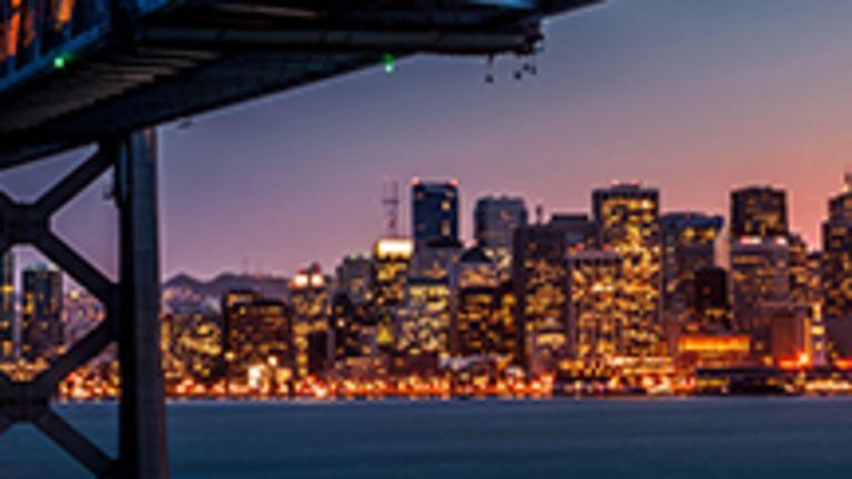 Ville ravissante à la topographie tourmentée, San Francisco s'étend entre mer et montagnes sur un site fabuleux où se mêlent à la fois tradition, modernité et classicisme. Tonique, cosmopolite, tolérante, écologique, exubérante et avant-gardiste, San Francisco exsude un certain charme européen et déploie un large éventail de curiosités, toutes plus fascinantes les unes que les autres, pour séduire les visiteurs en tout genre.  Baladez-vous sur le pont suspendu le plus photographié de la planète, arpentez les rues flanquées de splendides demeures victoriennes, prenez un bol d'air en explorant les merveilles du Golden Gate Park, voguez jusqu'à l'ancien pénitencier le plus célèbre des États-Unis, gravissez en cable car bringuebalant les collines étonnamment pentues entre lesquelles s'est développée la ville, ou encore attablez-vous sur une terrasse pour siroter un café tonifiant tout en regardant le ballet des adeptes de tai-chi qui s'exercent dans les nombreux parcs urbains.  Voilà seulement quelques-unes des attractions offertes par cette ville exceptionnelle qui compte en outre un passé artistique et littéraire foisonnant qu'il est passionnant de découvrir à chaque coin de rue. Qui plus est, il s'agit de la ville ayant la plus forte concentration de restaurants par habitant aux États-Unis et d'une des villes où l'on mange le mieux en Amérique. Enjoy!