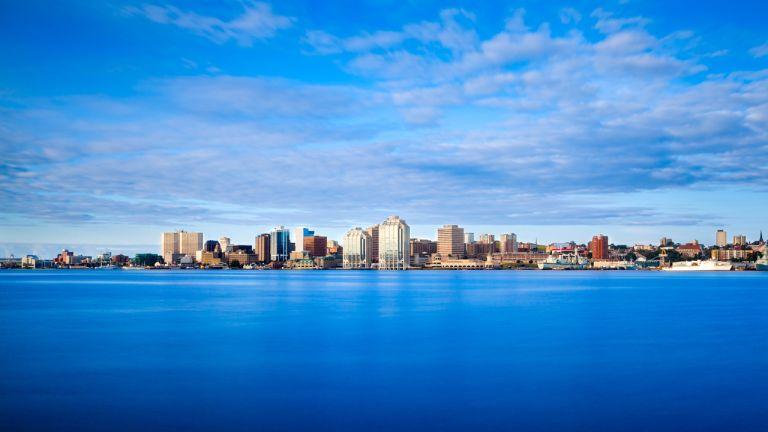Ville au riche patrimoine architectural, construite au pied d'une acropole surplombant l'un des plus longs ports naturels du monde, Halifax se laisse découvrir avec ravissement. L'excellence du site, tant pour la navigation maritime que pour les stratégies militaires, fut déterminante dans son histoire. L'endroit, habité par les Micmacs, a été mis en valeur par les Britanniques à partir de 1749.  Halifax fut également une grande cité commerçante. Son ouverture sur l'Atlantique, grâce à ses installations portuaires, et à partir de la fin du XIXe siècle, son rattachement au réseau de chemins de fer canadien y ont favorisé le commerce. Les Historic Properties, ces entrepôts de marchandises construits sur les quais, constituent le plus ancien ensemble architectural du genre au pays et témoignent de la longue tradition marchande de la ville.  La municipalité régionale d'Halifax forme maintenant le plus grand centre urbain des provinces maritimes. Cette municipalité, qui inclut Dartmouth, totalise plus de 390000 habitants. Plus qu'ailleurs dans les Maritimes, la métropole présente un visage diversifié, même cosmopolite, et possède de superbes musées et d'autres centres d'intérêt. On s'y balade avec beaucoup de plaisir, à la découverte de ses restaurants, de ses commerces hétéroclites et de ses rues animées.