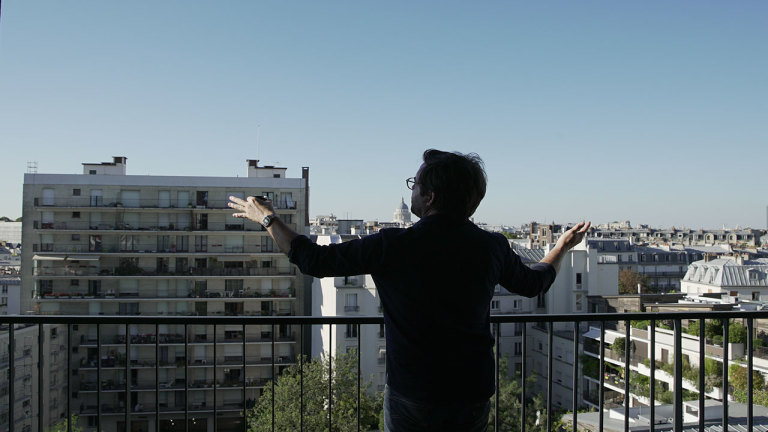 L'animateur Benoit Roberge découvre le 13e arrondissement de Paris autrement grâce un musée à ciel ouvert, traverse le quartier chinois pour y dénicher le meilleur Banh Mi, trouve un moyen de boire de l'eau de source à Paris et termine son périple sur l'avenue des Gobelins pour une projection hors du commun.  Retrouvez les bonnes adresses visitées par Benoit Roberge dans le 13e épisode de l'émission Un Québécois à Paris...
