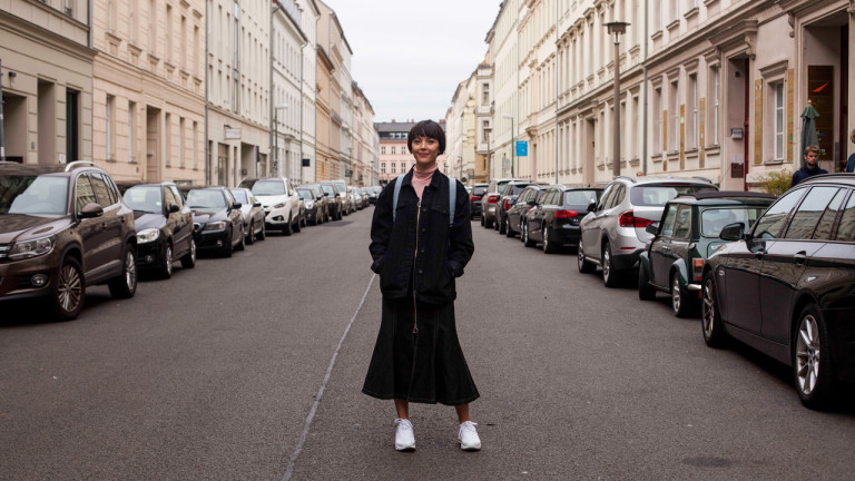 Au cœur de Berlin, on retrouve Mitte, l'arrondissement le plus ancien de la ville, mais aussi le plus prisé et le plus effervescent. À première vue, difficile de croire qu'il a été construit au Moyen-Âge, ou que le mur de Berlin scindait le quartier jusqu'en 1989. Il s'est depuis refait une beauté : Mitte héberge les sites les plus visités, le siège du gouvernement, des boutiques, des galeries d'art, des restaurants et plusieurs musées. C'est un haut lieu touristique de la ville.  Retrouvez les bonnes adresses visitées par Vanessa Pilon dans le premier épisode de 99 Envies d'Évasion à Berlin!