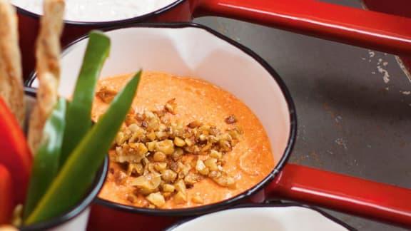 Trempette de poivrons rouges grillés et feta, garniture aux noix