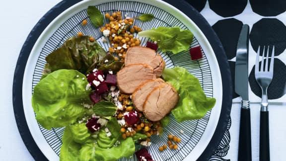 Salade de tiède de porc aux lentilles, feta, menthe et betteraves