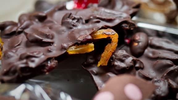 Écorces de chocolat noir aux canneberges et aux amandes