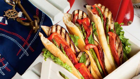 Sandwich aux légumes grillés, tomates séchées et tahini