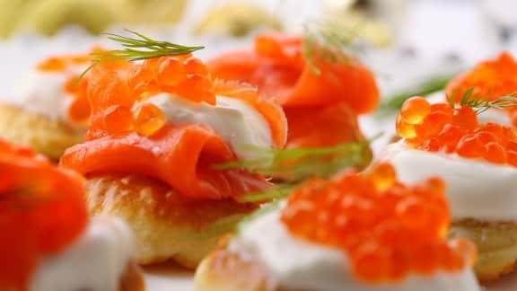 canapés de truite fumée aux pommes et au caviar de saumon