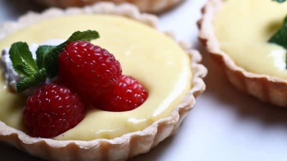 tartelettes au citron frais, crème fouettée à la framboise