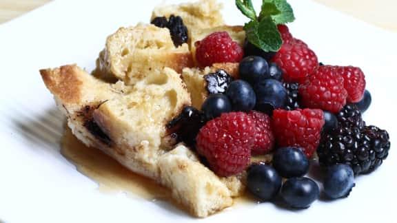 pouding au pain, aux dés de pomme et aux raisins