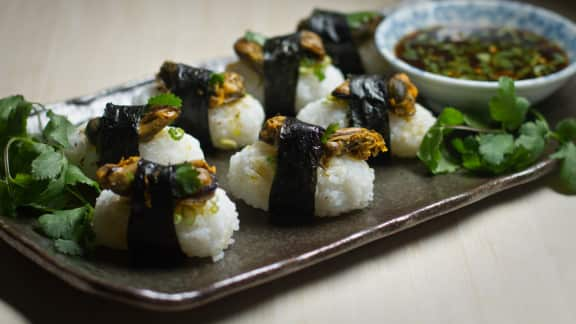 canapés de style sushi aux moules et aux zestes d'orange