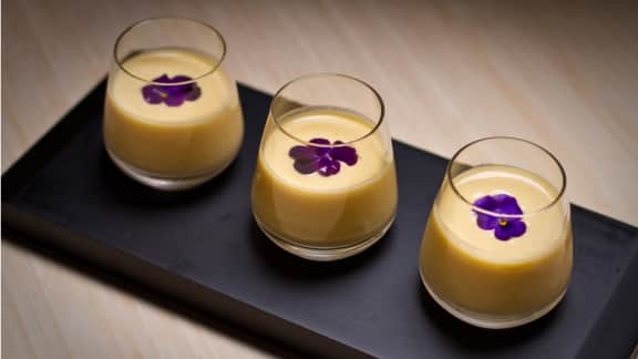 Panna Cotta Au Chocolat Blanc A La Mangue Et Aux Fleurs De Violette
