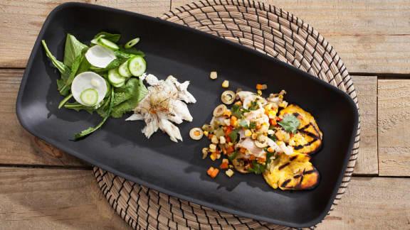 bar en croûte de sel avec bananes plantains grillées et salade fraîche
