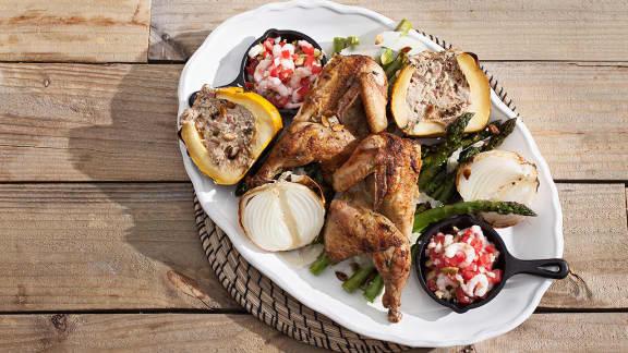 poulet de Cornouailles grillé avec salade d'asperges et courge poivrée farcie au chèvre et à l'ail noir