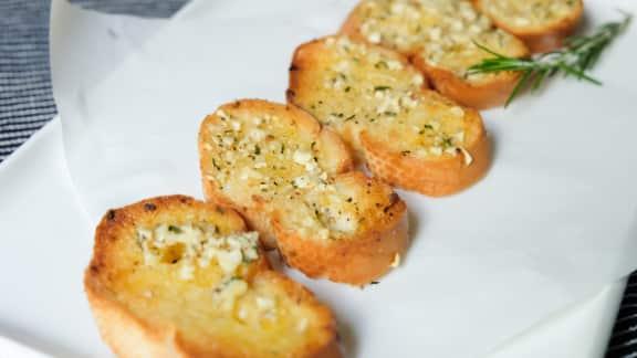 pain grillé à l'ail et au persil