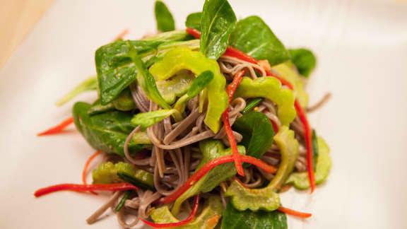 Salade froide de nouilles de sarrasin et de mâche