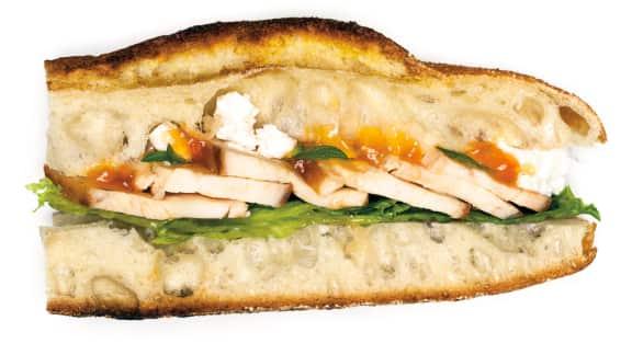Sandwich grillé au poulet, abricots et feta
