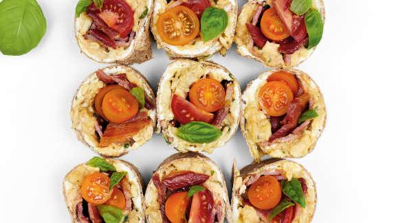 Sandwich roulé aux oeufs brouillés, tomates, bacon et basilic