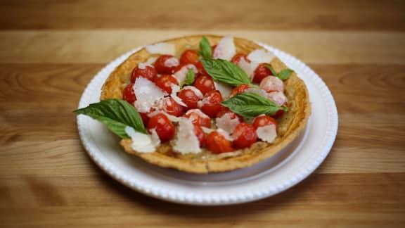 Tarte aux tomates, oignons et copeaux de parmesan