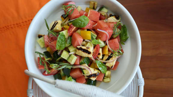 Salade de melon d'eau, fromage halloumi et basilic