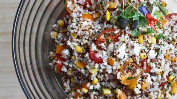 Recette de salade d'orge et multigrains, légumes croquants et fromage feta