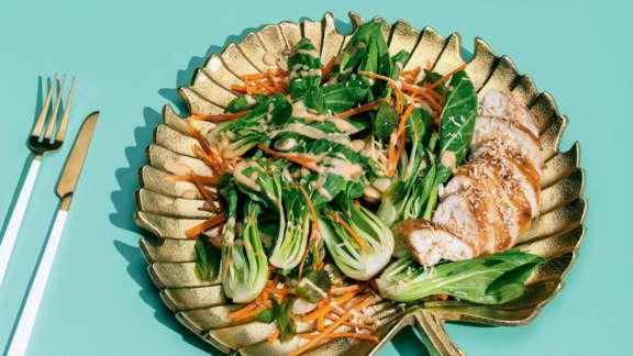 Salade de bok choy, poulet et noix de coco grillée